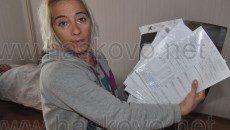 Радостина показва многобройните медицински документи на сестра си. Навсякъде са я отписали
