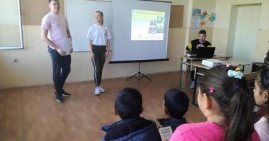 Млади крумовградски червенокръстци при приятели в село Подрумче