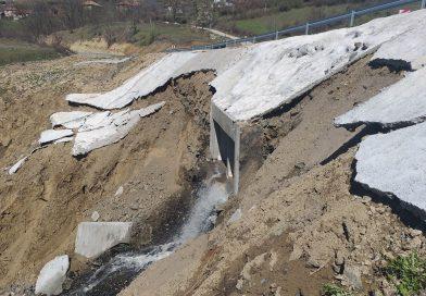 Пътя за Ивайловград построен преди 2 месеца вече се разпада