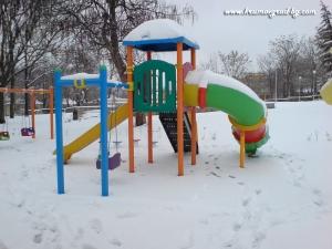 Детската площадка през зимата